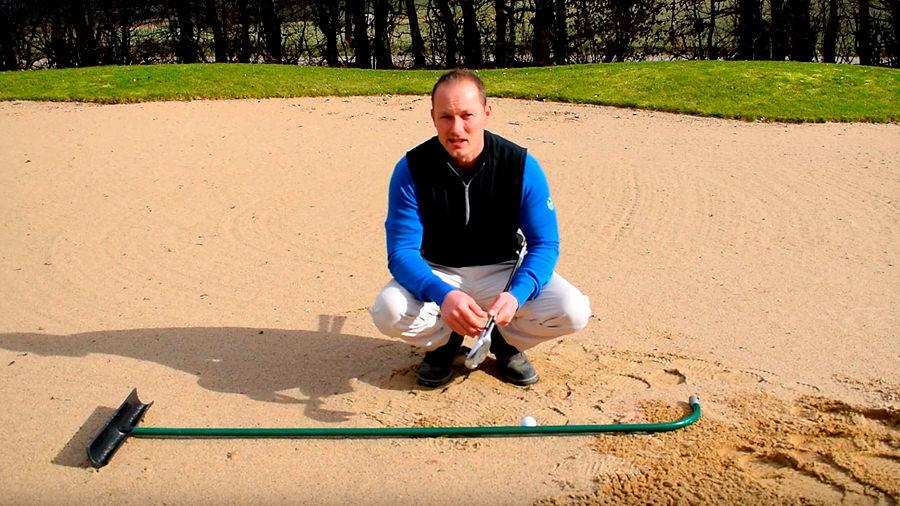 Ball im Bunker - Golfregeln - Harke bewegliches Hemmnis