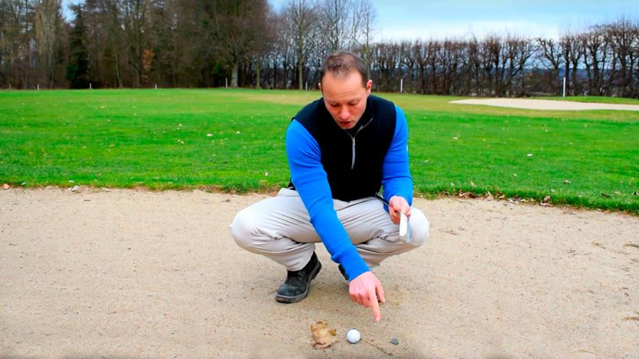 Ball im Bunker - Golfregeln - Lose hinterliche Naturstoffe