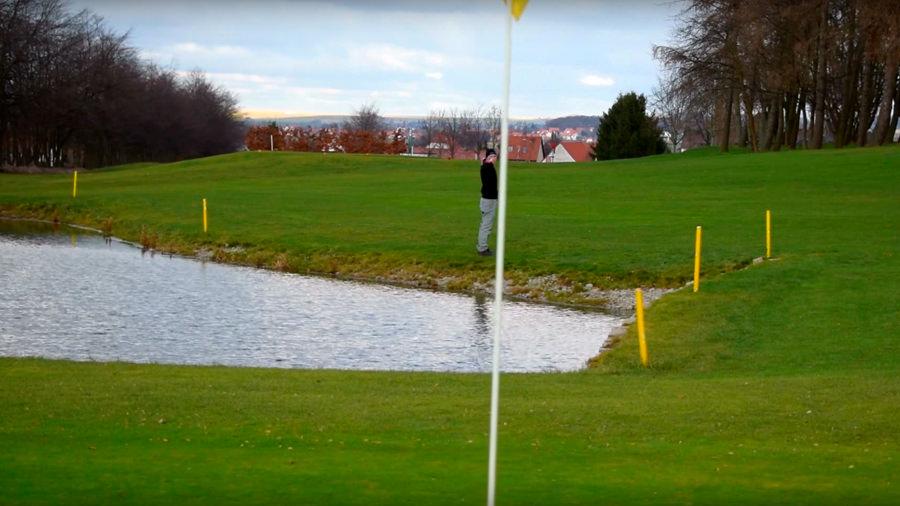 Golfregeln - Frontales Wasserhindernis - Kreuzungspunkt ermitteln - Fahne